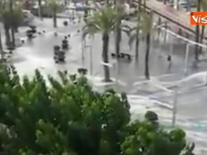 Paura a Maiorca e Minorca, mini tsunami allaga spiagge e bar