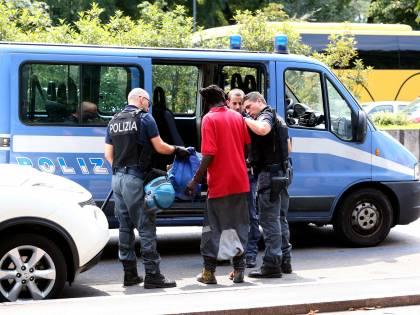 Trieste, dieci irregolari nel furgone: passeur inseguito e arrestato