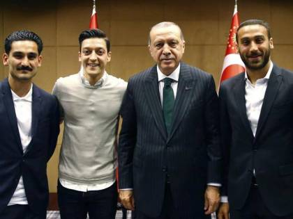 Erdogan fa da testimone di nozze ad Ozil: scoppia la polemica
