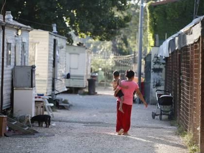 Udine, rom ai domiciliari con il braccialetto: lo rompe e va a bere