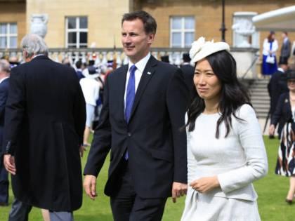 Uk, Jeremy Hunt debutta in Cina ma sbaglia la nazionalità della moglie