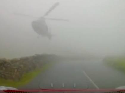 Tra la nebbia spunta elicottero: automobilista frena a pochi metri