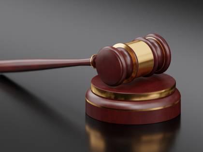 L'imputato parla troppo: il giudice gli tappa la bocca con lo scotch