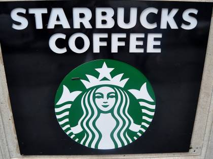 Starbucks nega l'entrata al cane e i social insorgono