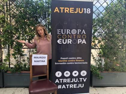 Atreju, Martina dà buca alla Meloni e lei si fa la foto con la sedia vuota
