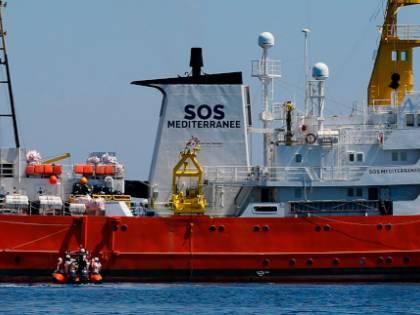 """L'Aquarius sfida l'Ue e l'Italia: """"Vogliamo tornare in mare"""""""