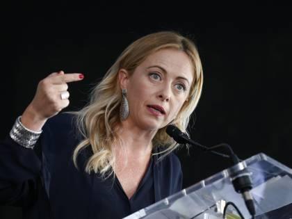 """Aquarius, la Meloni smaschera la Francia: """"Parigi saccheggia l'Africa"""""""