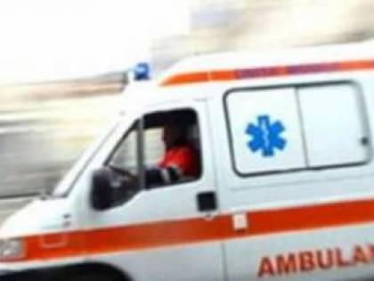 La ringhiera del balcone cede: donna affacciata precipita e muore