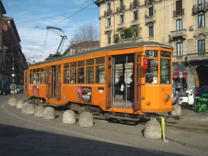 Torino, cinese senza biglietto su tram pesta controllori e finanzieri