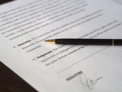 Ottantenne prende a martellate l'agenzia prestiti: tassi troppo alti