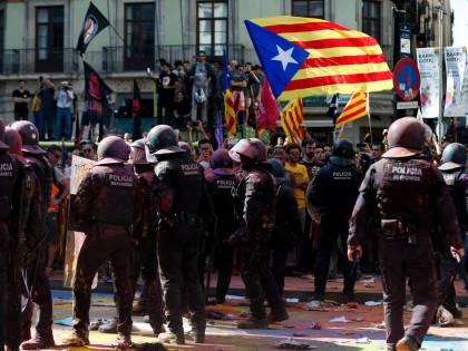 Catalogna, condannati leader secessionisti: scontri a Barcellona