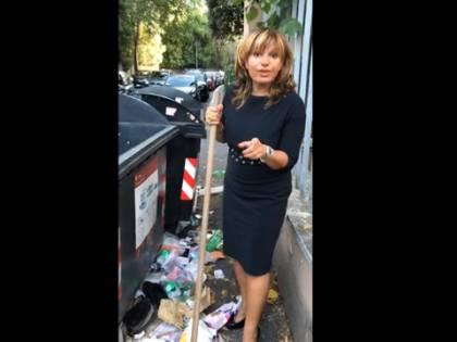 Sos rifiuti a Roma, cantante romana si arma di ramazza
