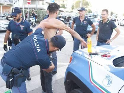 Bologna, pregiudicato gambiano spaccia e pesta agenti, subito libero
