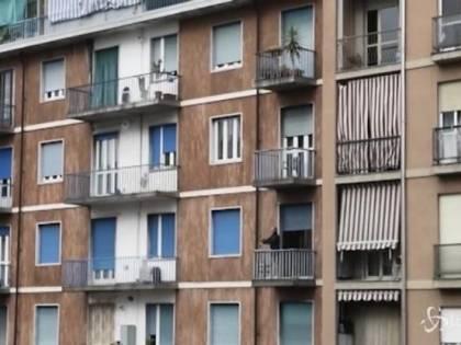Cade dal balcone e muore: indagata padrona di casa, ma perizia ribalta le carte