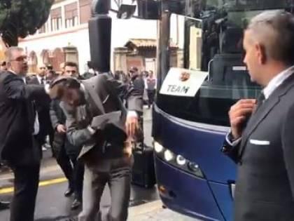 Barcellona, Piqué scende dal pullman e dà una testata allo specchietto
