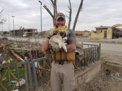 Dopo sette mesi ritrova in cucciolo che ha salvato in Siria