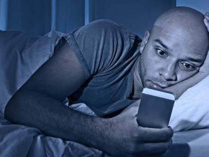 Guardi lo smartphone a letto? Più rughe e occhiaie