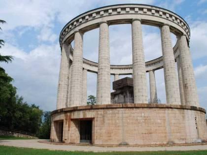 Il monumento all'eroe italiano verrà custodito dagli immigrati