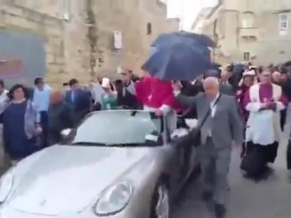 Malta, neo arcivescovo sfila su Porsche trainata da bambini