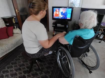 Badanti usano anziana per uscire a passeggiare: denunciati