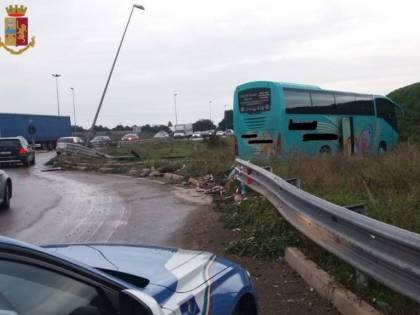 Incidente nel Tarantino, autobus fuori strada, conducente illeso