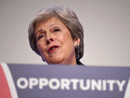 """Regno Unito, la May propone stretta sui """"migranti non qualificati"""""""