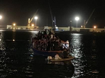 Malta ci spedisce 264 migranti A Pozzallo il barcone respinto