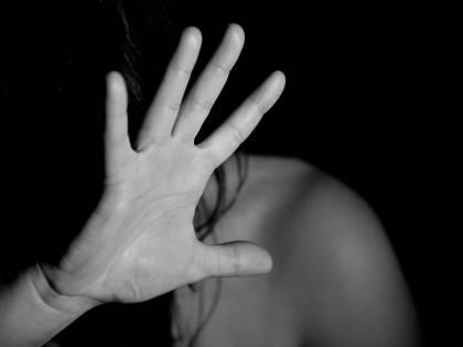 Non vuole la suocera in casa: marito pesta la moglie e le stacca la retina