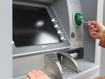 """Bancomat si rompe e tira fuori banconote in più: """"Potete tenerle"""""""