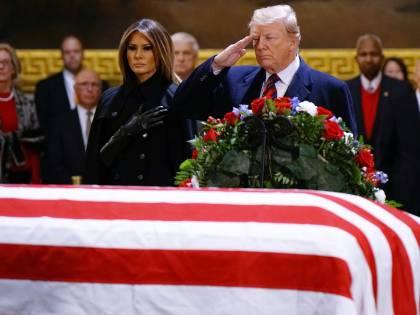 Trump sull'attenti per rendere omaggio a Bush