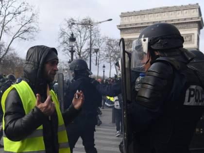 """Macron ai gilet gialli: """"Stop alle manifestazioni"""""""