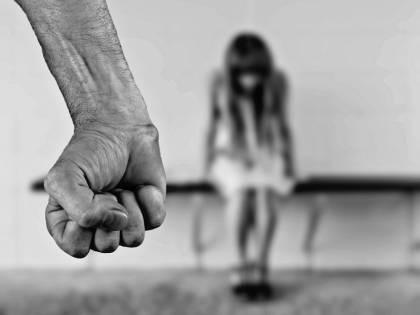 Abusa più volte delle fidanzate del figlio, chiesta condanna a 23 anni