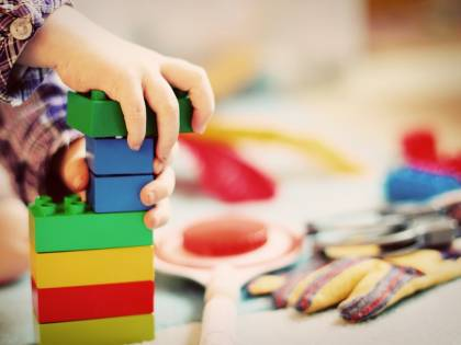 Mamme buttano i giocattoli di un bimbo autistico e la madre protesta con la scuola