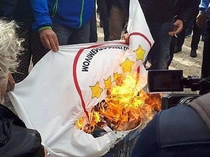 """I no Terzo Valico bruciano una bandiera 5 Stelle: """"Siete come il Pd"""""""