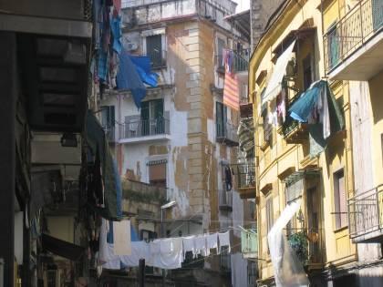Roma, 100 euro di multa per chi stende i panni alla finestra