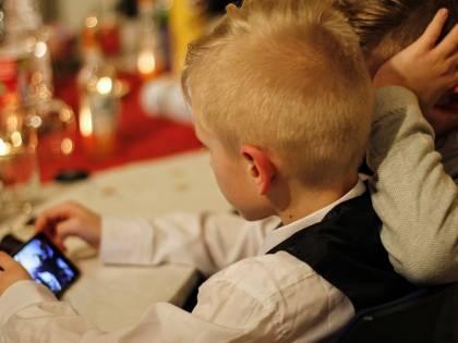 Smartphone: un test aiuta a capire se i figli lo usano troppo
