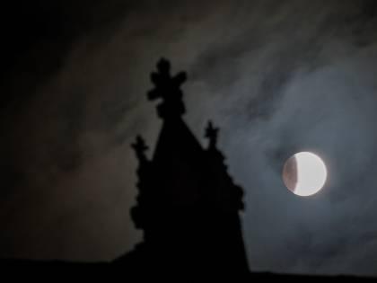 Misterioso gel lucente scoperto sulla Luna