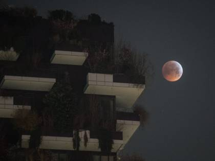 L'eclissi lunare tra i palazzi di Milano