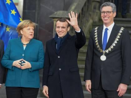 Merkel fa l'accordo con Macron: francesi e tedeschi li fischiano