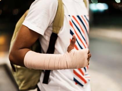 Sfregare il gomito dopo averlo battuto riduce davvero il dolore