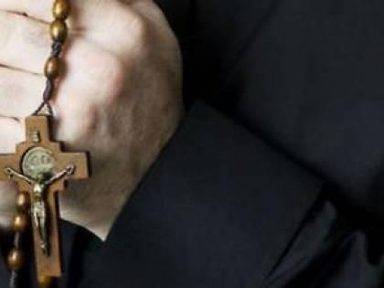 Lecce, parroco cade e batte la testa durante la messa