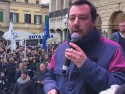 Salvini bersaglio di un uovo, colpita una donna: scuse del ministro