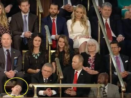 Bimbo si addormenta durante il discorso di Trump: video virale