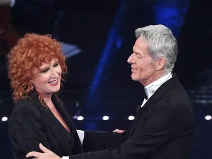 Sanremo, la seconda serata: Mengoni e Mannoia incantano. Ciclone Hunziker, torna Baudo