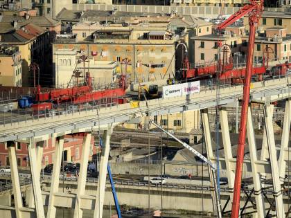 Demolito il ponte, la ricostruzione tarda