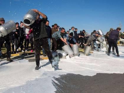 Protesta del latte, un altro assalto nel Sassarese, incendiata una cisterna