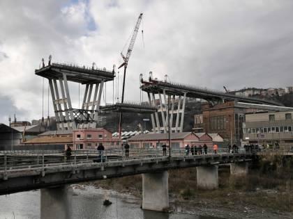 Addio al ponte Morandi. La demolizione si fa show