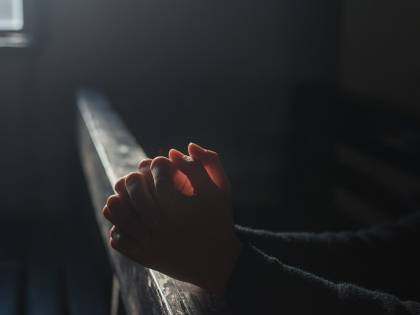 Parroco si innamora e decide di lasciare il sacerdozio