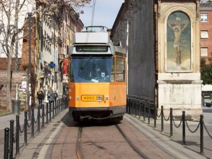 Milano, perché tram e autobus oggi hanno esposto le bandierine