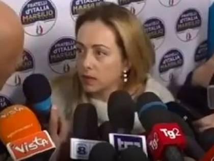"""Il cronista la interrompe. Ira di Giorgia Meloni: """"Così non si fa, santa..."""""""